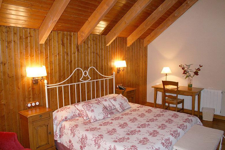 La primera planta con cama de matrimonio y baño