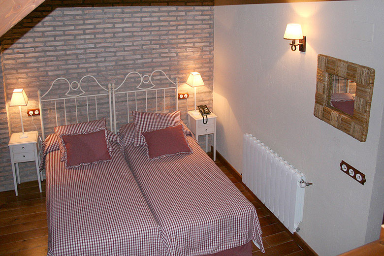 La segunda planta con dos camas y baño