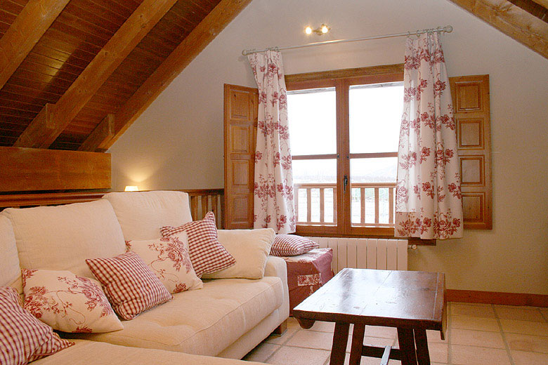 Salón privado con chimenea y vistas a la Villa de Moya