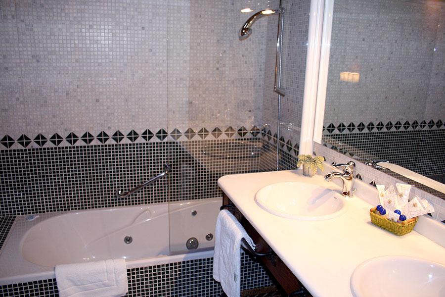 Baño de la habitación junior-suite San Bartolomé