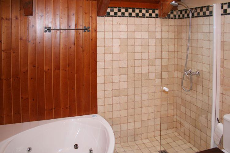 Baño con bañera de hidromasaje y ducha