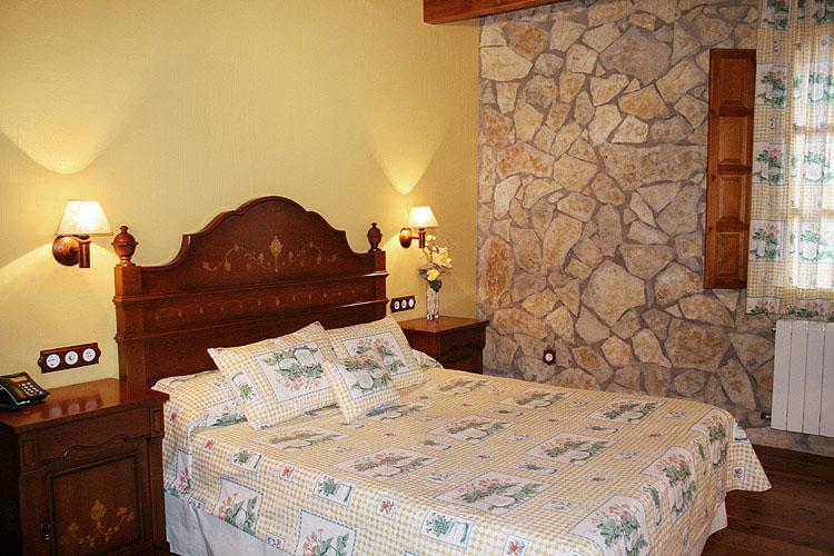 Habitación doble con cama de matrimonio.