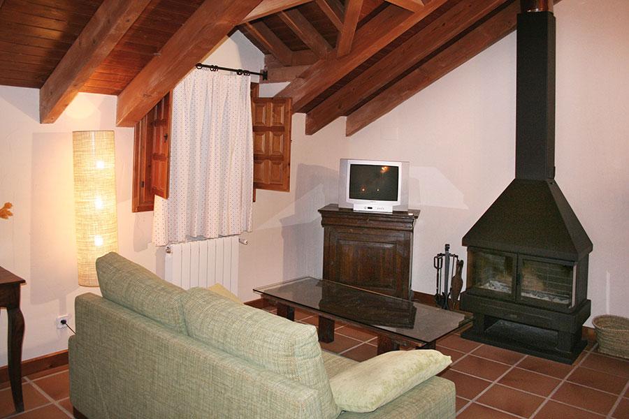 Mini-Suite abuhardillada en edificio independiente del principal, con cama de matrimonio y chimenea.